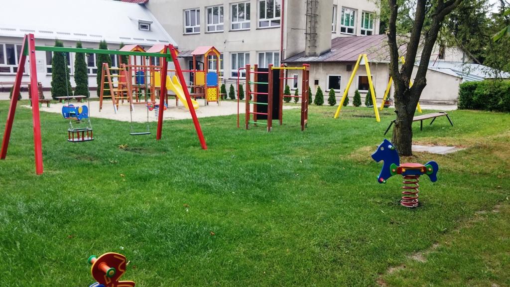 Nawierzchnia trawiasta na placu zabaw